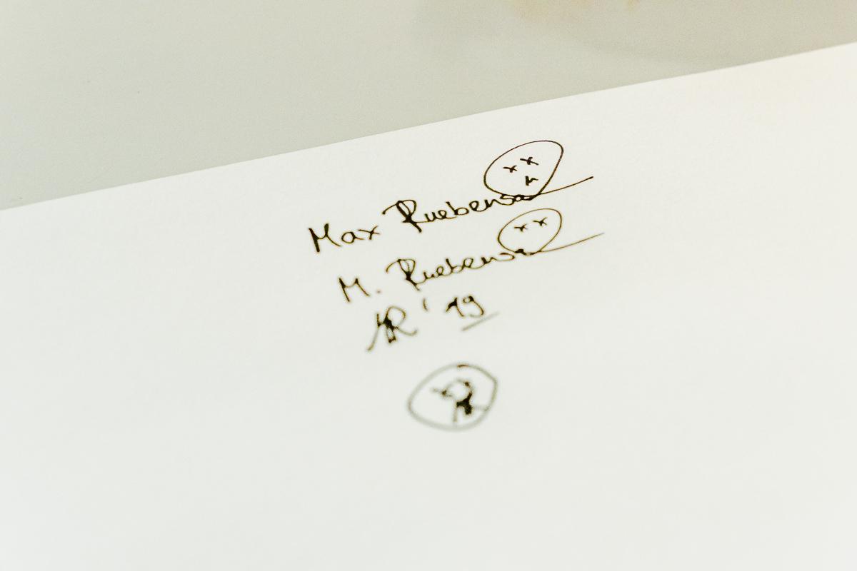Auf einem Blatt Papier sind verschiedene Versionen einer Künstler-Signatur zu sehen